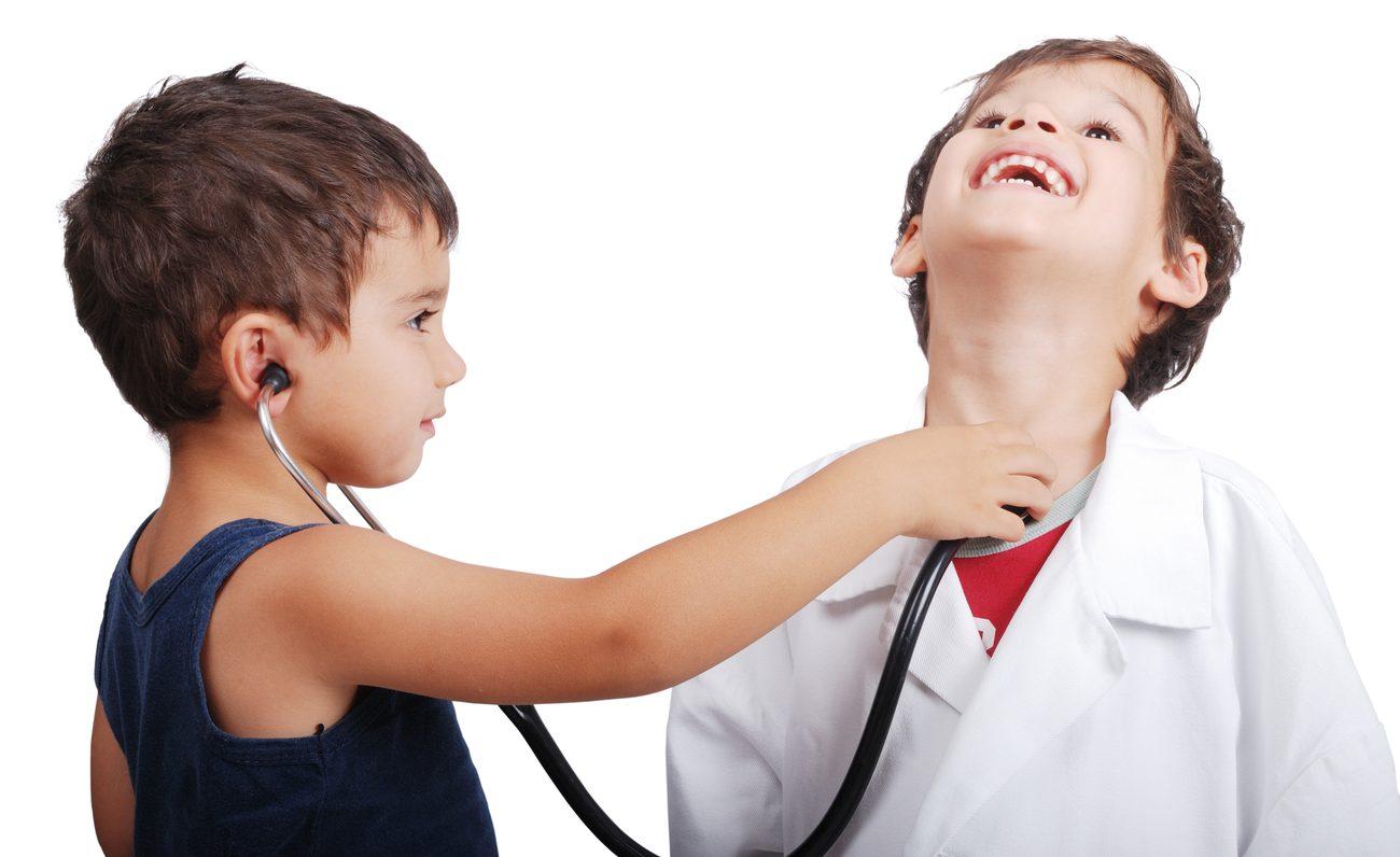 crianças brincando de examinar