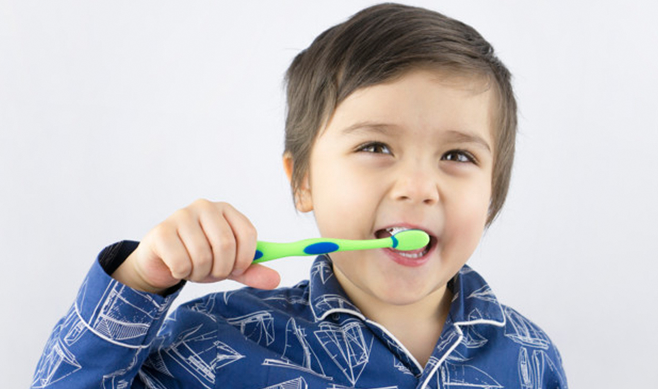 crianca-saudavel-limpando-os-dentes-com-o-rosto-sorridente_39190-7